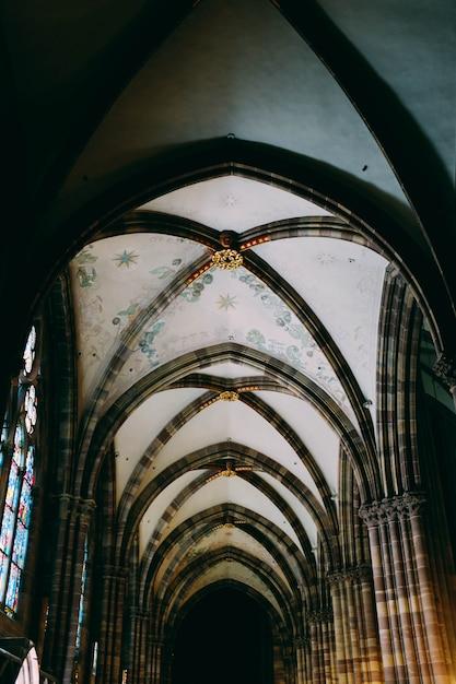 Vertikale flachwinkelaufnahme einer decke eines mittelalterlichen gebäudes Kostenlose Fotos