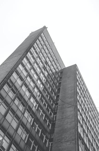 Vertikale graustufen-flachwinkelaufnahme eines wohngebäudes am tag Kostenlose Fotos