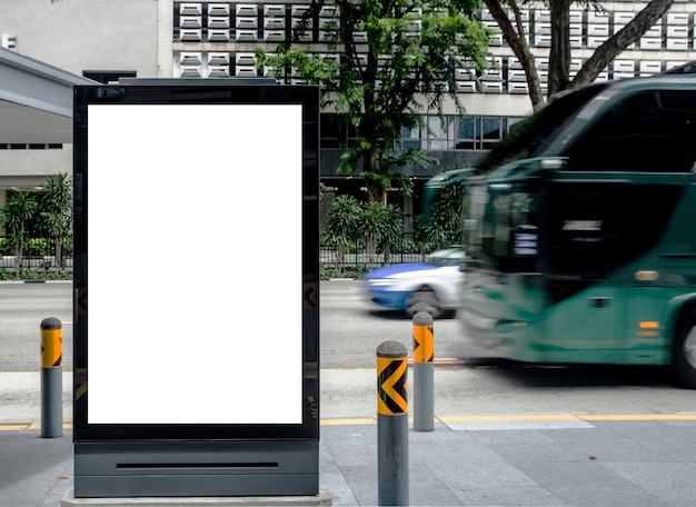 Vertikale leere anschlagtafel an der bushaltestelle, die im freien annonciert wird, annoncieren auf straßenspott oben. Premium Fotos