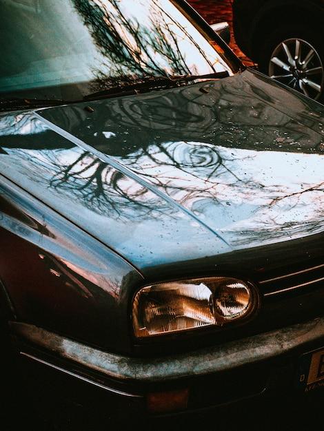 Vertikale nahaufnahme einer alten autovorderseite Kostenlose Fotos