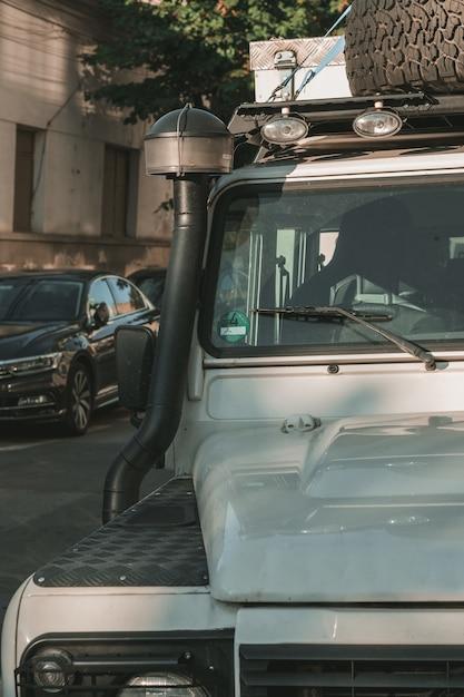 Vertikale nahaufnahmeaufnahme eines offroad-wagens mit einem unscharfen hintergrund Kostenlose Fotos