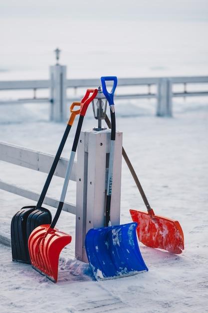 Vertikaler außenaufnahme der plastikschaufel für das entfernen des schnees Premium Fotos