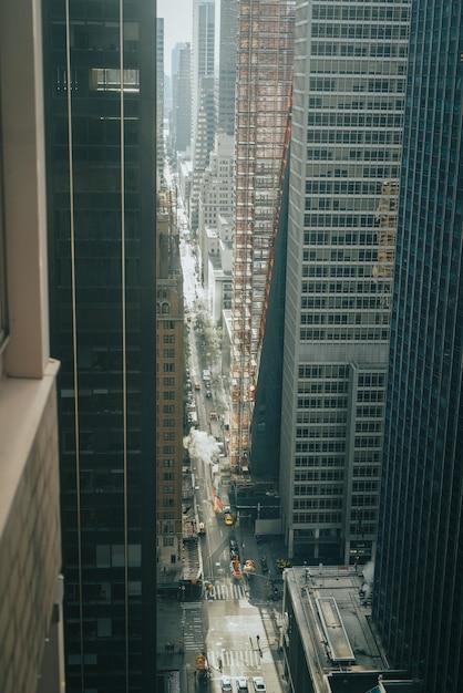 Vertikaler hochwinkelschuss einer langen stadtstraße zwischen modernen wolkenkratzern Kostenlose Fotos