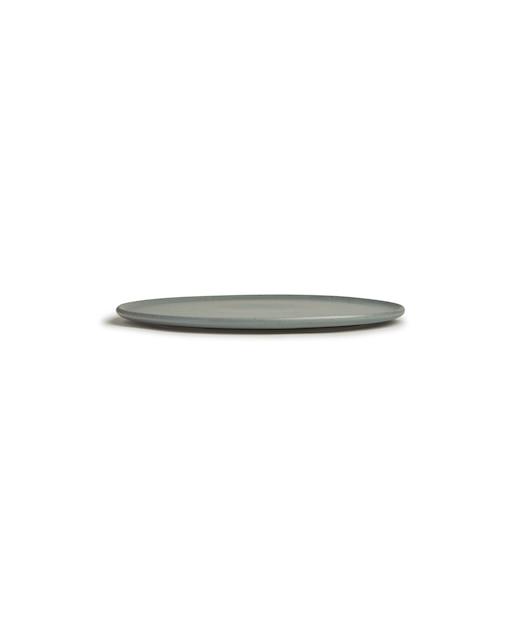 Vertikaler schuss einer grauen flachen runden platte lokalisiert auf einem weiß Kostenlose Fotos