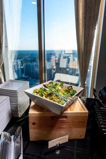 Vertikaler schuss eines köstlichen gemüsesalats in einer quadratischen schüssel Kostenlose Fotos