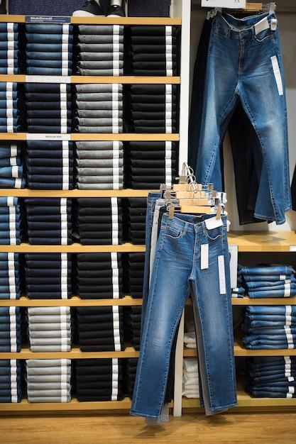 Vertikaler winkel mit regal von jeans und denim Premium Fotos
