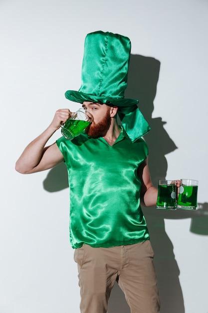 Vertikales bild des bärtigen mannes im grünen kostüm Kostenlose Fotos