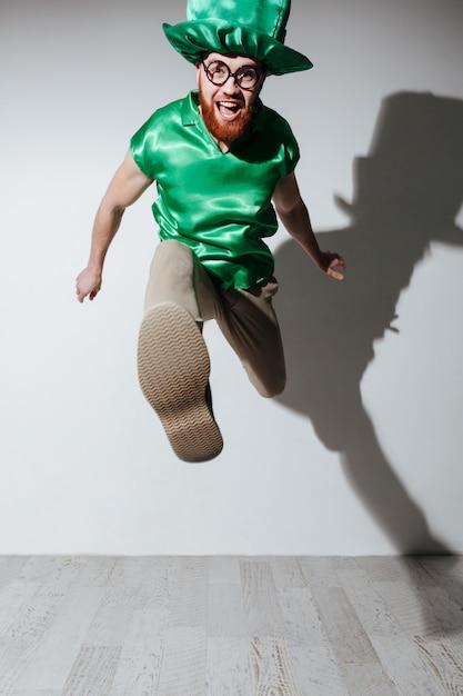 Vertikales bild des glücklichen mannes im st.patriks kostüm Kostenlose Fotos