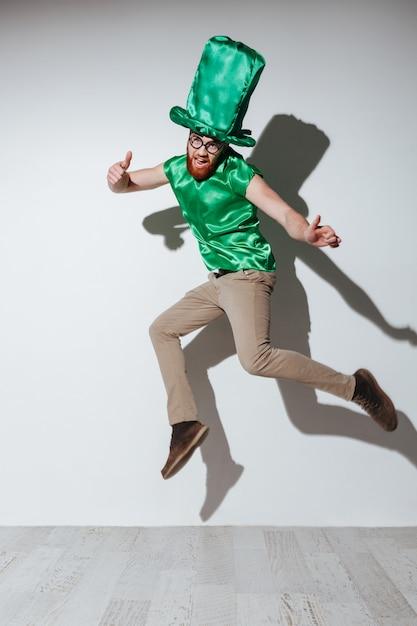 Vertikales bild des mannes im st.patriks kostüm Kostenlose Fotos