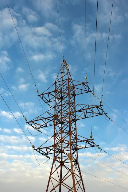 Vertrauen sie stromleitungen mit kabeln auf blauem himmel mit wolken. Premium Fotos