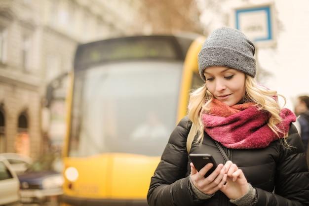 Verwenden einer app auf einem smartphone Premium Fotos