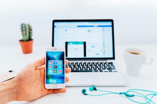 Verwenden von apps am telefon und facebook auf dem laptop Kostenlose Fotos