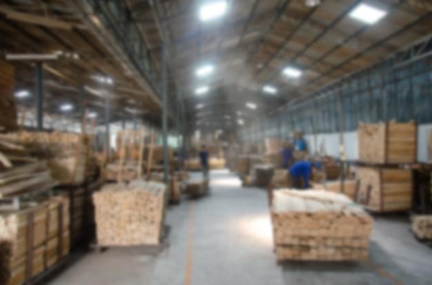 Verwischen sie das arbeiten in der hölzernen fabrik Premium Fotos
