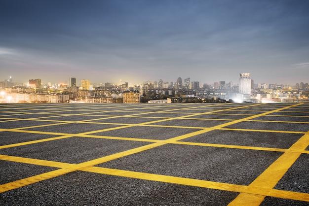 Verwischen sie emtpy asphaltstraße und stadtbild von shanghai im blauen wolkenhimmel in der dämmerung Premium Fotos