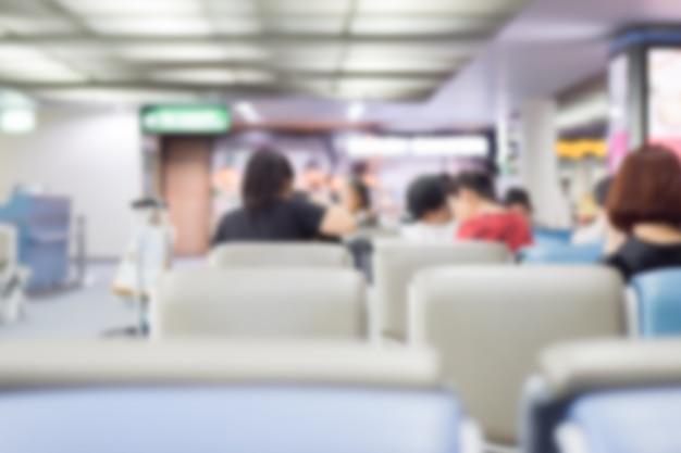 Verwischt von ausländischen passagieren, die im abflug- oder ankunftsterminal am flughafen warten Premium Fotos
