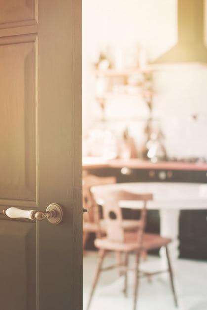 Verwischt von der hauptküche hinter schwarzer holztür Premium Fotos