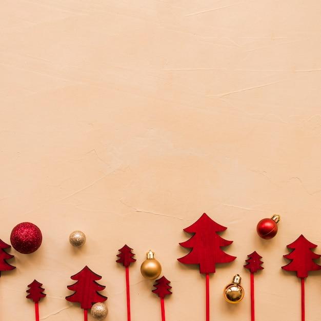 Verzieren sie tannenbäume auf zauberstäben nahe weihnachtskugeln Kostenlose Fotos