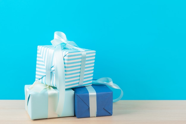 Verzierte geschenkboxen auf hellblauem hintergrund Premium Fotos