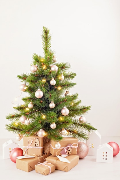 verzierter weihnachtsbaum mit eingewickelten geschenken