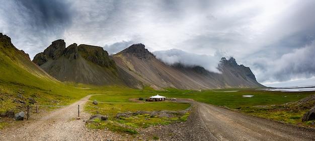 Vestrahorn stokksnes-gebirgszug, batman-berg, island-sommer. Premium Fotos