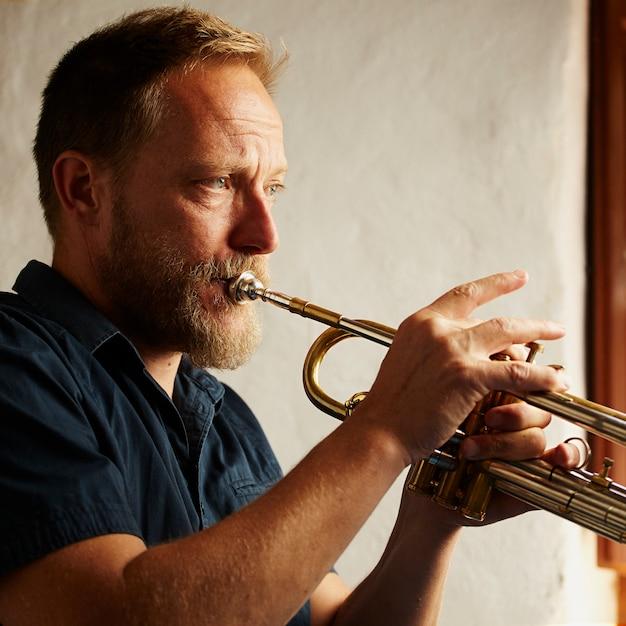 Veteran musiker spielt die trompete Kostenlose Fotos