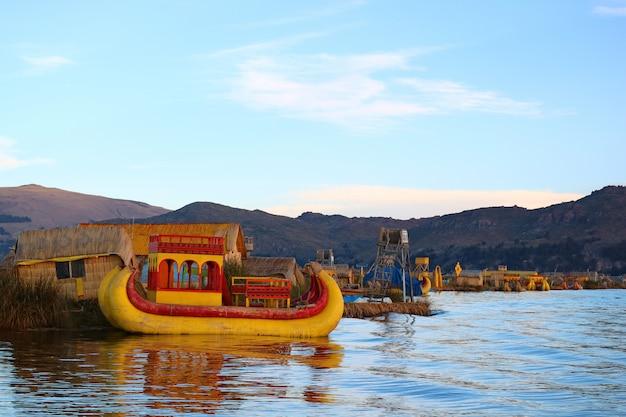 Vibrierende farbige traditionelle totora reed boats auf titicaca-see, berühmte sich hin- und herbewegende insel uros von puno, peru Premium Fotos
