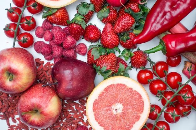 Vibrierender luftschuß des roten obst und gemüse auf einem weißen hintergrund Kostenlose Fotos