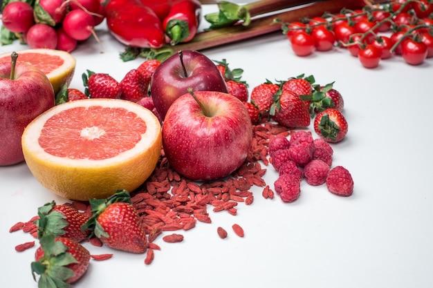 Vibrierender schuss des roten obst und gemüse auf einem weißen hintergrund Kostenlose Fotos