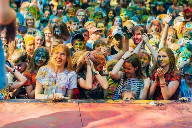 Vichuga, russland - 17. juni 2018: eine menge von glücklichen menschen an der feier des festivals von farben holi Premium Fotos