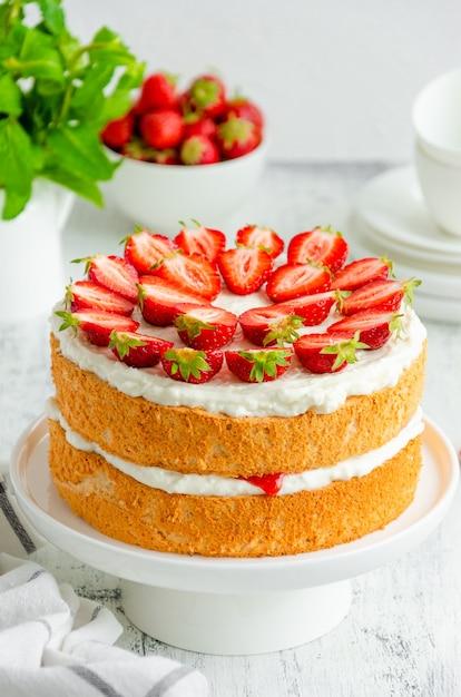 Victoria biskuit mit erdbeermarmelade, schlagsahne und frischen erdbeeren Premium Fotos
