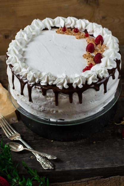 Victoria-torte mit erdbeeren, cranberries und minze. nachtisch zu weihnachten. valentinstag Premium Fotos