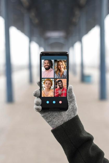 Videoanruf in der vorderansicht auf dem smartphone Kostenlose Fotos