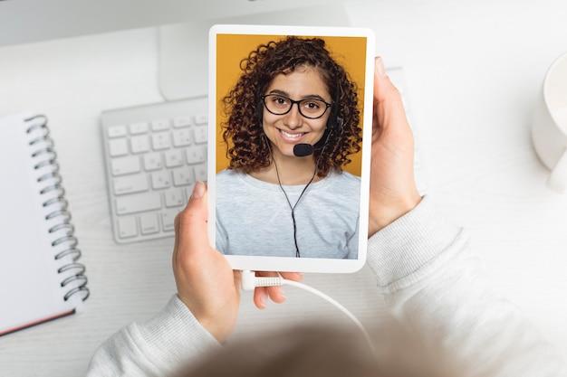 Videoanruf mit einem mädchen auf dem bildschirm. online-konferenz. pädagogisches webinar. Premium Fotos