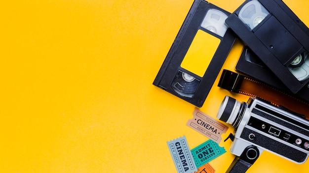 Videoband mit vintage videokamera und kinokarten Kostenlose Fotos
