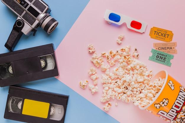 Videoband mit vintage-videokamera und popcorns Kostenlose Fotos