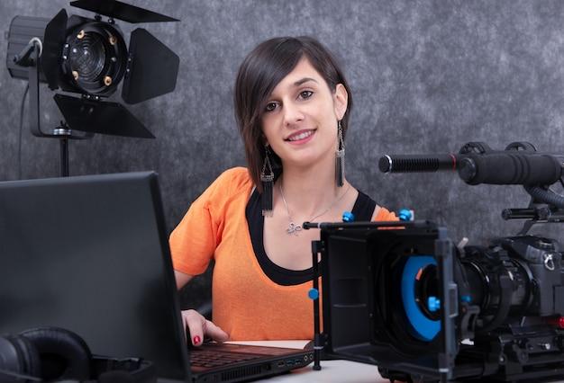 Videoeditor der jungen frau, der im studio arbeitet Premium Fotos