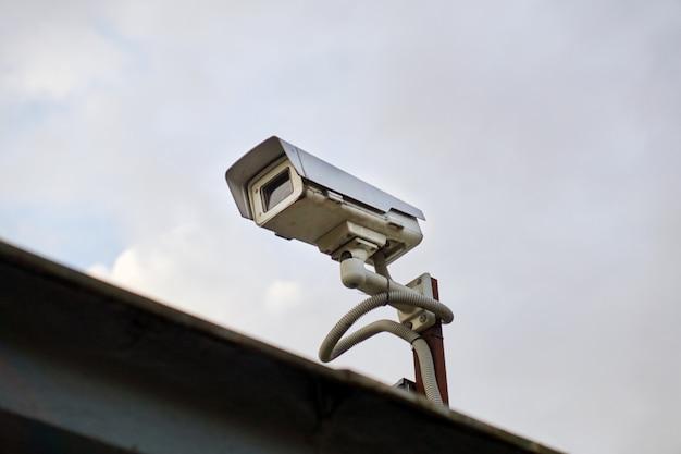 Videokamera im freien auf einem bewölkten himmel Premium Fotos