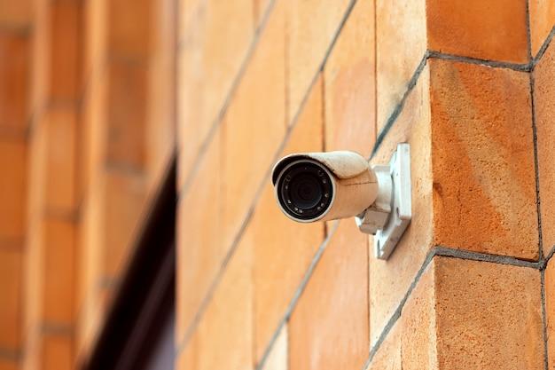 Videokamera-sicherheitssystem an der wand des gebäudes. Premium Fotos