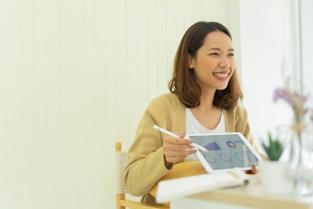 Videokonferenz für mitarbeiterinnen mit marketingteam zum zeigen und erklären von forschungsergebnissen Premium Fotos