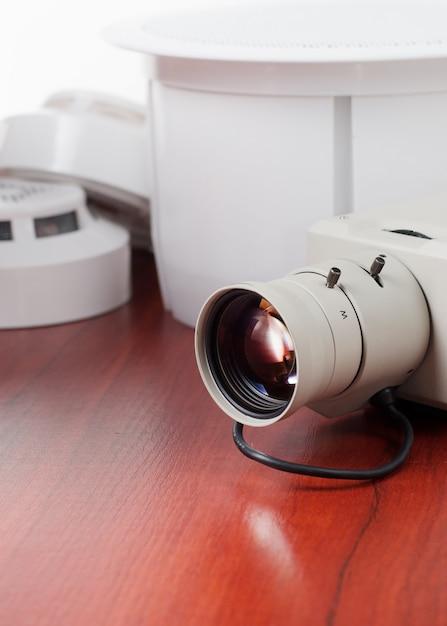 Videosicherheitsausrüstung und -lichtpause auf einer tabelle. gut für sicherheit service engineering unternehmen Premium Fotos