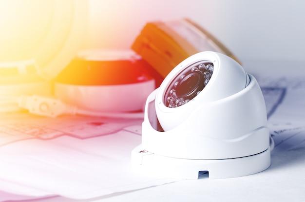 Videosicherheitsausrüstung und -lichtpause auf einer tabelle. Premium Fotos