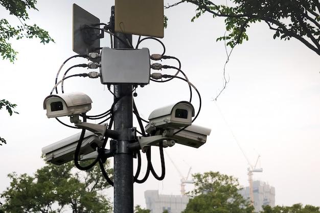 Videoüberwachung an der stange zur sicherung der parkbereiche. Premium Fotos