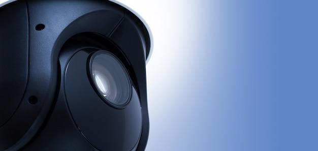 Videoüberwachung der überwachungskamera mit platz auf blau. Premium Fotos