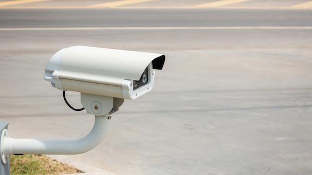 Videoüberwachungsanlage in der nähe einer straße Premium Fotos