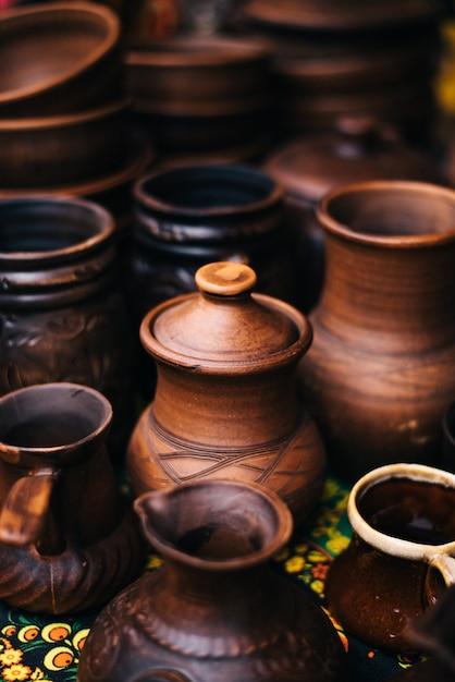 Viel töpferei auf der messe. keramische nationale russische gerichte gemacht. gebrannte schwarze keramik. verbrannte tontöpfe und teller, geschirr Premium Fotos