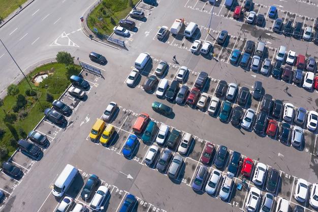 Viele autos auf dem überfüllten parkplatz in geraden reihen aus der vogelperspektive Premium Fotos