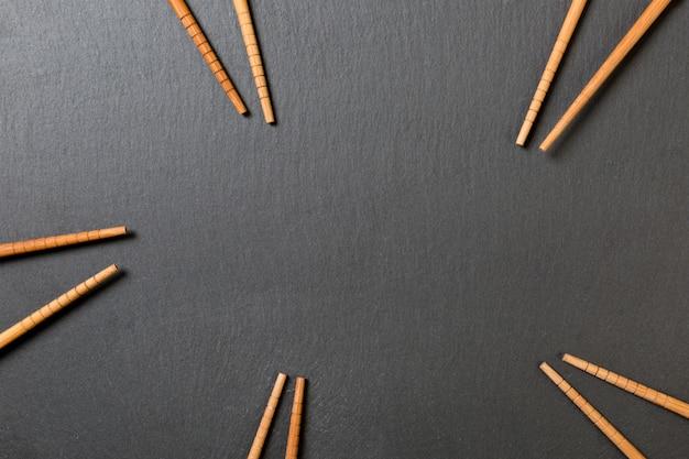 Viele bambusessstäbchen auf schwarzem schiefer Premium Fotos