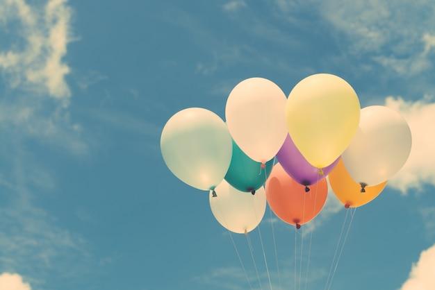 Viele bunte ballons auf dem blauen himmel, konzept der liebe im sommer und valentinstag, hochzeit flitterwochen. vintage effekt stil bilder. Kostenlose Fotos