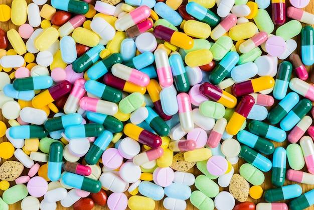 Viele bunte medikamente und pillen von oben Premium Fotos