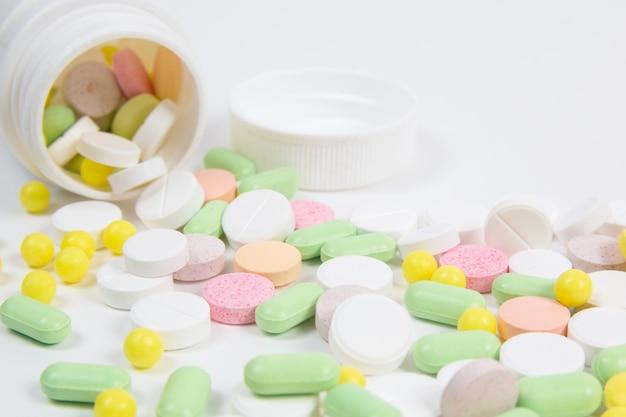 Viele bunten pillen auf weiß Premium Fotos